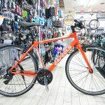 オレンジ色のクロスバイク eafeels IC2.5