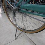 倒れにくいスタンド 両立スタンドのついた真っ直ぐハンドルの自転車